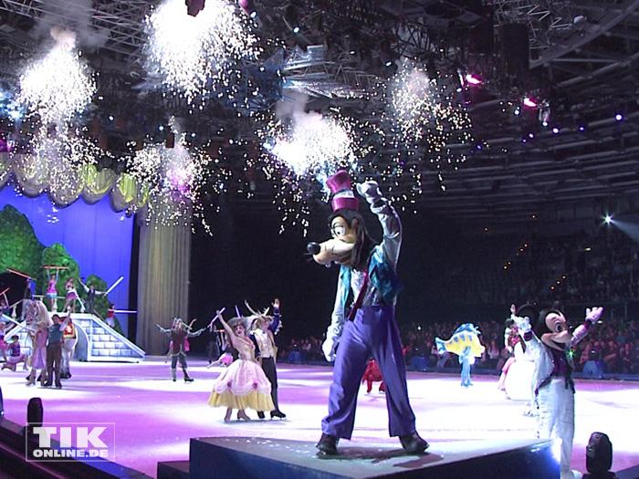 """Zum Abschluss der Premiere von """"Disney On Ice"""" versammelten sich noch einmal alle Disney-Stars wie Goofy und Mickey Mouse auf dem Eis"""