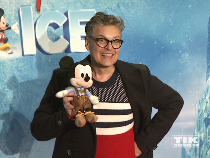 """Rolf """"Rolfe"""" Scheider posiert mit Mickey Mouse bei der Premiere von """"Disney On Ice"""""""