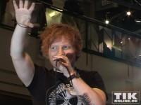 Ed Sheeran trägt ein großes Tattoo am linken Unterarm