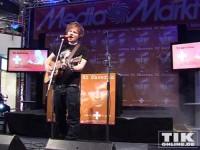 Ed Sheeran spielt seine Gitarre und die Fangemeinde ist hin und weg