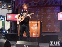 Lässiger Look: Ed Sheeran mit Wuschelhaaren, used Baggy-Jeans und normalem T-Shirt