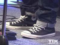 Passend zum lässigen Look: Ed Sheeran trägt einfache Chucks auf der Bühne