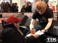 Sehr sozial: der wartende Rollstuhlfahrer bekommt gleich als erstes sein gewünschtes Autogramm