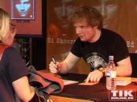 Jeder Fan durfte einzeln zu Ed Sheeran auf die Bühne und seinen Autogrammwunsch äußern