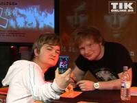 """Ed Sheeran posiert mit einem Fan auf der Bühne im Einkaufszentrum """"Alexa"""""""