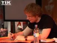 Ed Sheeran schreibt fleißig Autogramme, Plakate, sogar Gitarren der Fans wollten unterschrieben werden