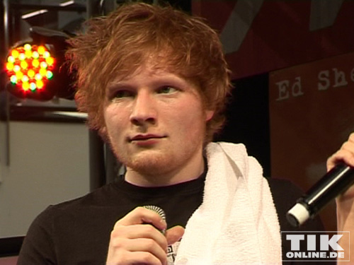 ed sheeran im interview mit der moderatorin der media markt b hne in berlin. Black Bedroom Furniture Sets. Home Design Ideas