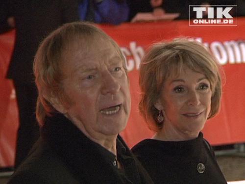 Uta Schorn steht neben Ulrich Pleitgen auf dem roten