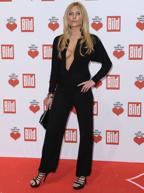 sophia thomalla gew hrt tiefe einblicke bei der ein herz f r kinder gala. Black Bedroom Furniture Sets. Home Design Ideas
