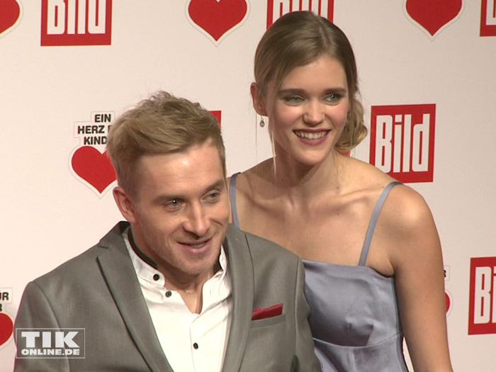 """Einen perfekten Paar-Auftritt legten Samuel Koch und seine Freundin Sarah Elena Timpe bei der """"Ein Herz für Kinder""""-Gala 2015 in Berlin hin"""