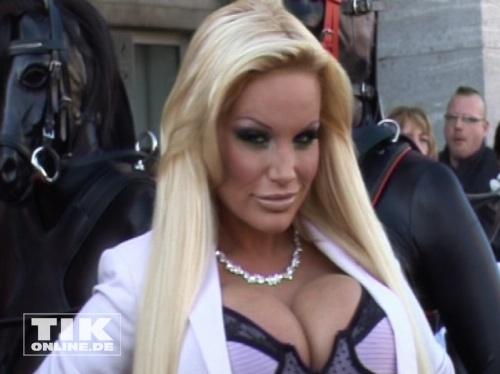 """Gina-Lisa Lohfink bei der Eröffnung der Sex-Messe """"Venus 2012 """" in Berlin"""