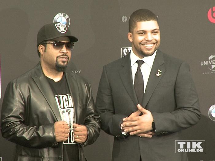 """Ice Cube posiert mit seinem Sohn O'Shea Jackson Jr. bei der Premiere von """"Straight Outta Compton"""" in Berlin"""