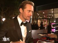 Alexander Skarsgart schreibt Autogramme beim European Film Award EFA 2015 in Berlin