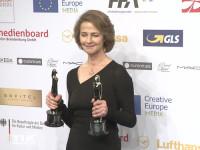 Stolz posiert Charlotte Rampling beim European Film Award EFA 2015 in Berlin mit ihren beiden gewonnenen Trophäen