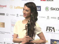 Deniz Gamze Ergüven mit ihrem Preis beim European Film Award EFA 2015 in Berlin