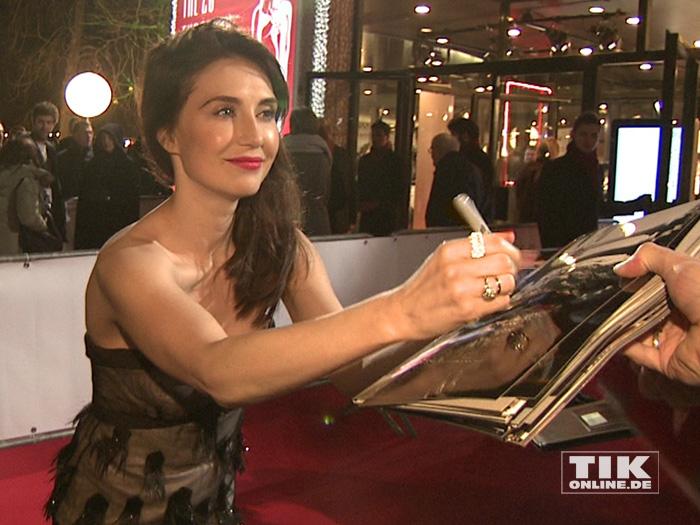 Carice van Houten schreibt fleißig Autogramme beim European Film Award EFA 2015 in Berlin
