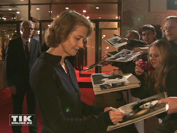Die Unterschrift von Charlotte Rampling war bei den Autogrammjägern beim European Film Award EFA 2015 in Berlin sehr begehrt