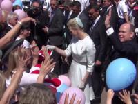 Fürstin Charlène und Fürst Albert nehmen ein Bad in der Menge