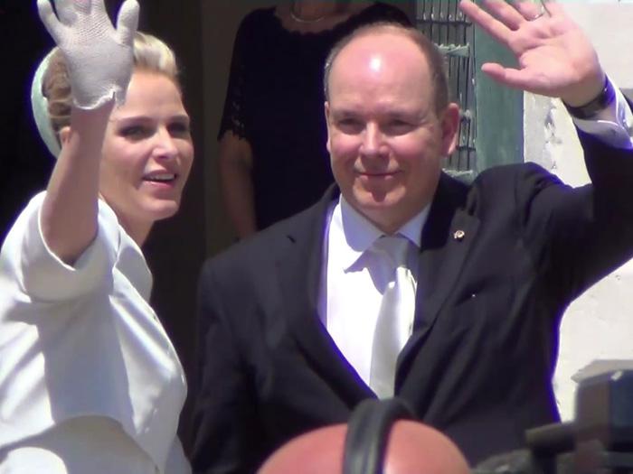 Fürst Albert und Fürstin Charlène winken ihren Untertanen gut gelaunt zu