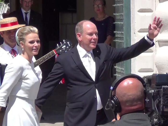 Fürst Albert und Fürstin Charlène lasse sich von Volk feiern