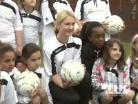 Familienministerin Manuela Schwesig mit den Mädchen ihres Teams