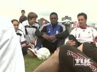 Ex-Wolfsburg-Profi Pablo Thiam im Gespräch mit Jugendlichen