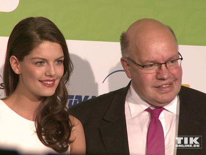 """""""GNTM 2015""""-Siegerin Vanessa Fuchs posiert an der Seite von Kanzleramts-Chef Peter Altmaier"""