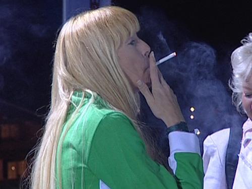 Giulia Siegel mit Zigarette   TIKonline.de