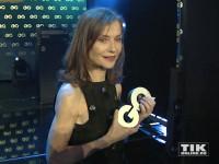 """Isabelle Huppert mit ihrem """"Gentlewoman of the Year Award"""" bei den GQ """"Männer des Jahres"""" 2015 Awards"""