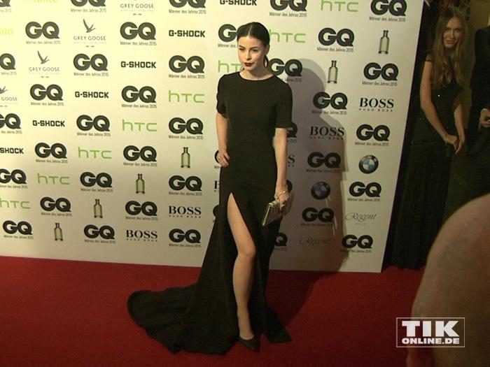 """Angelina-Jolie-Gedächtnis-Pose: Lena Meyer-Landrut zeigt Bein bei den GQ """"Männer des Jahres"""" 2015 Awards"""