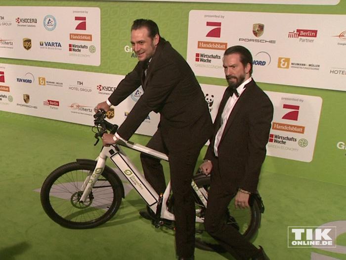 The Boss Hoss haben Spaß auf einem e-Bike beim GreenTec Award 2015