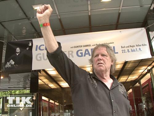 Gunter Gabriel posiert mit erhobener Faust für die Fotografen