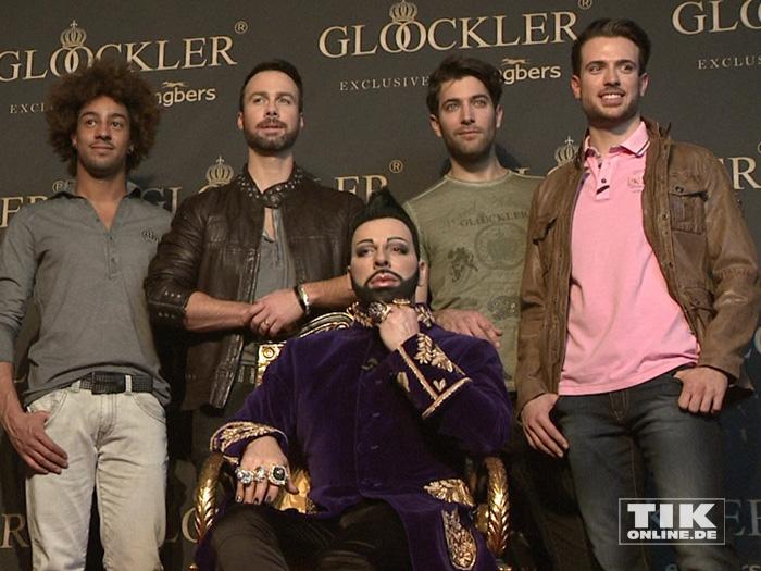 Der Meister und seine Models: Harald Glööckler thront vor seinen Männer-Models