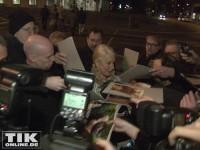 Umzingelt von Fans und Fotografen: Helen Mirren ist das Highlight des Abends