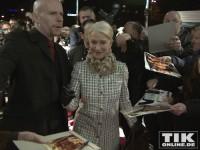 Die Oscar-Preisträgerin Helen Mirren nimmt sich gerne die Zeit Autogramme für ihre Fangemeinde in Belin zu schreiben