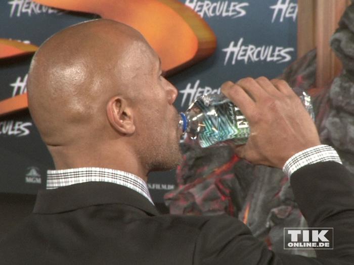 Dwayne Johnson genehmigt sich einen Schluck Wasser