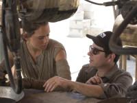 """Regisseur J.J. Abrams im Gespräch mit Daisy Ridley am Set von """"Star Wars - Das Erwachen der Macht"""""""