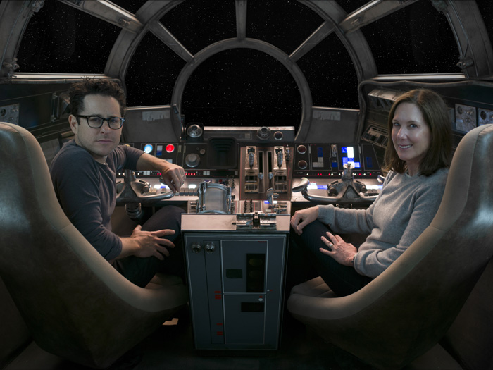 """Regisseur J.J. Abrams im Cockpit des Millenium Falcon am Set von """"Star Wars - Das Erwachen der Macht"""""""