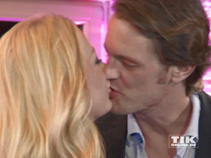 Jenny Elvers küsst ihren Freund Steffen von der Beeck