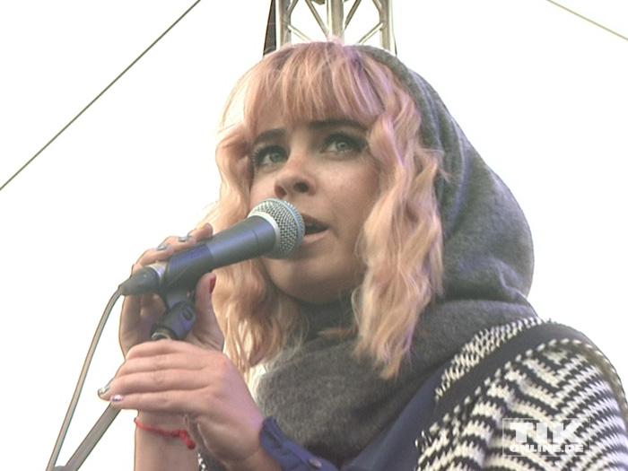 Jasmin Madeleine Weber singt bei ihrem Auftritt beim IDAHOT 2015 in Berlin gegen Homophobie und Transphobie