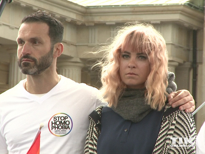 Jasmin Madeleine Weber und Aktivisten fordern beim IDAHOT 2015 in Berlin ein Ende von Homo- und Transphobie