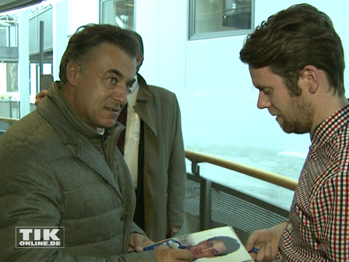 Jean Alesi schreibt Autogramme