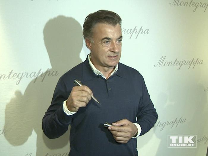 Jean Alesi posiert mit einem edlen Füllfederhalter von Montegrappa