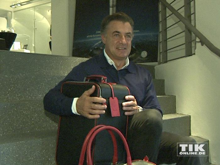Jean Alesi posiert mit einem edlen Reisetaschen-Set von Montegrappa