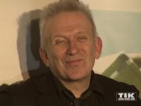 Wie ein Honigkuchenpferd: Jean Paul Gaultier strahlt in die Kameras