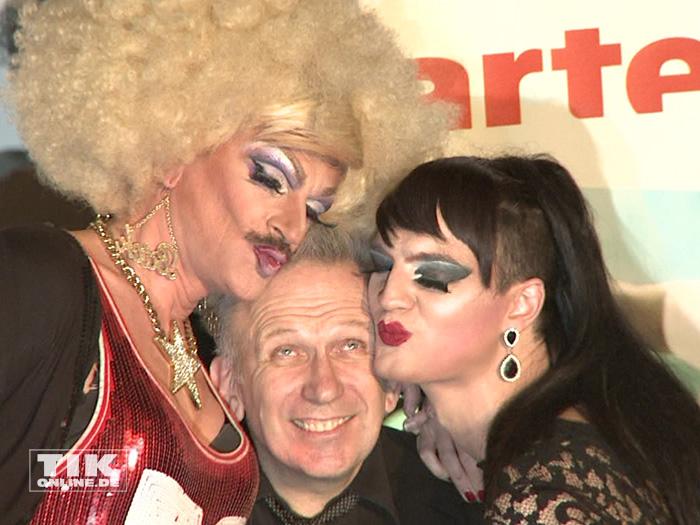 Küsschen, Küsschen: Jean Paul Gaultier wird von den Drag-Queens Gloria Viagra und Jackie-Oh Weinhaus ordentlich geherzt