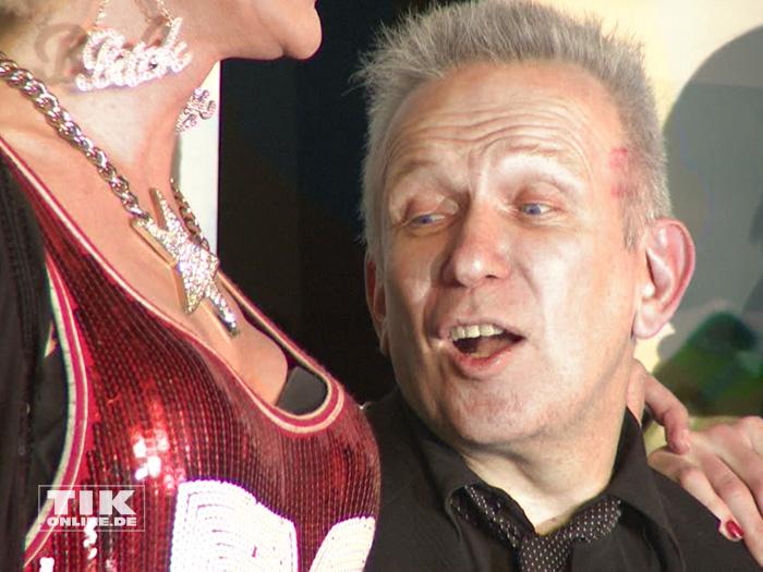 Jean Paul Gaultier bewundert die Oberweite von Drag-Queen Gloria Viagra