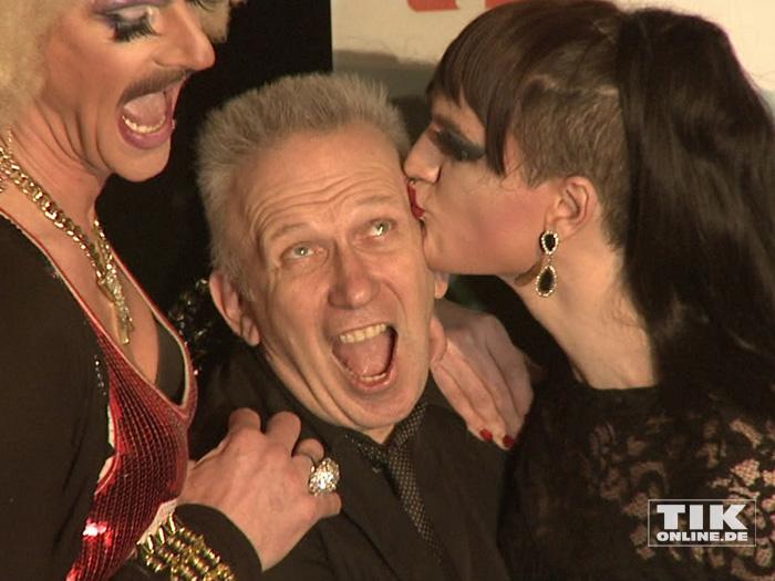Jean Paul Gaultier bekommt ein Küsschen von Drag-Queen Jackie-Oh Weinhaus
