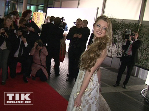Joelina Drews trug ein wunderschönes weißes Abendkleid mit goldenen Applikationen.