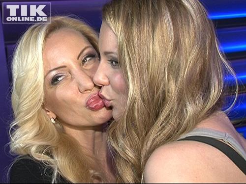 Vor dem Auftritt ihrer Tochter Joelina gab es ein dickes Küsschen von Ramona Drews.